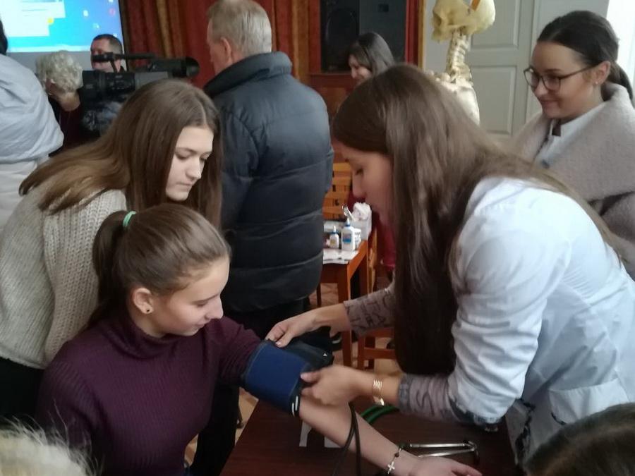 Студенти-медики взяли участь у «Ярмарку кар'єри» в Тисменичанській школі (фоторепортаж)