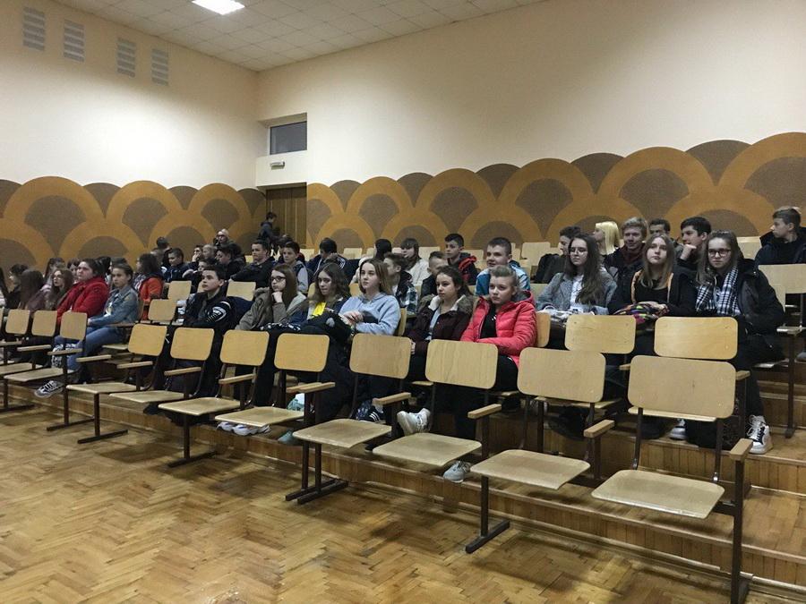 Студенти-медики продовжують бесіди зі франківськими школярами про профілактику раку та СНІДу (фотофакт)
