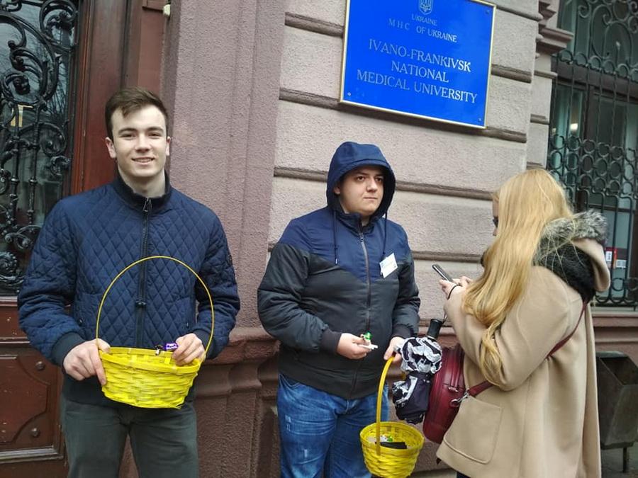 На вулицях Франківська студенти міняли цигарки на цукерки (фоторепортаж)