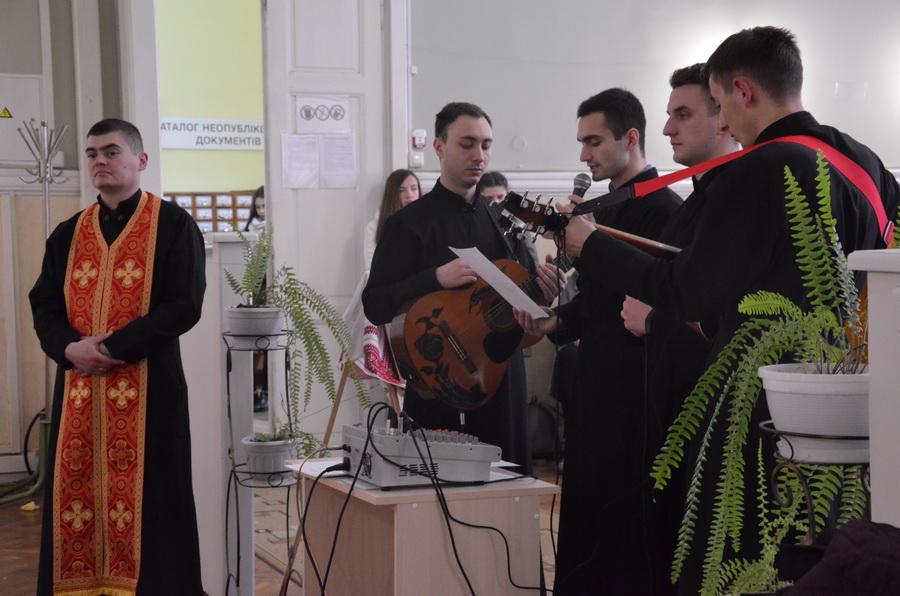 Для студентів та викладачів Івано-Франківського медуніверситету провели Хресну дорогу (фоторепортаж)